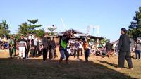 Dua pria bertarung adu pukul rotan dalam tradisi Ujungan, ritual minta hujan masyarakat Banjarnegara. (Liputan6.com/Yusmanto/Muhamad Ridlo)