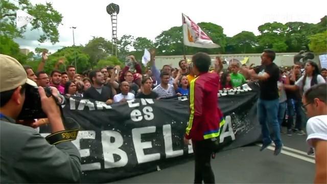 Mahasiswa Venezuela menggelar aksi demonstrasi menuntut perbaikan ekonomi negaranya.