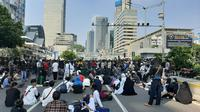 Massa aksi 22 Mei sudah terlihat di depan Sarinah, Jakarta. (Liputan6.com/Yopi Makdori)