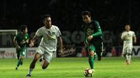 Persebaya Surabaya vs PSS Sleman bertanding dalam Celebration Game di Stadion Gelora Bung Tomo, Surabaya, Sabtu (9/12/2017). (Bola.com/Aditya Wany)
