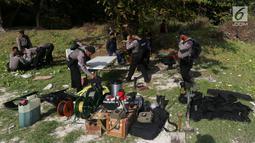 Satuan Brimob Detasemen Gegana Polda Metro Jaya bersiap melakukan giat disposal bom militer di tengah laut, Jumat (8/12). Disposal atau disebut pembuangan atau pemusnahan barang bukti  yang berupa granat dan mortir. (Liputan6.com/JohanTallo)