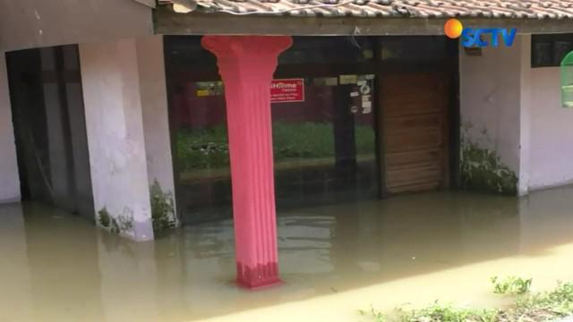 Banjir menggenangi akses di jalan permukiman warga sehingga mengganggu aktivitas dan membuat sebagian warga memilih mengungsi.