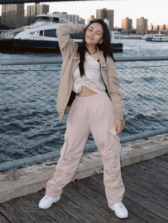 Rachel mengenakan inner ARcollection Vol 13 seharga Rp139 ribu, dipadukan dengan Jaket Erigo warna khaki seharga Rp155 ribu. Untuk bawahan, ia mengenakan pants full karet nude seharga Rp690 ribu. Instagram @Rachelvennya