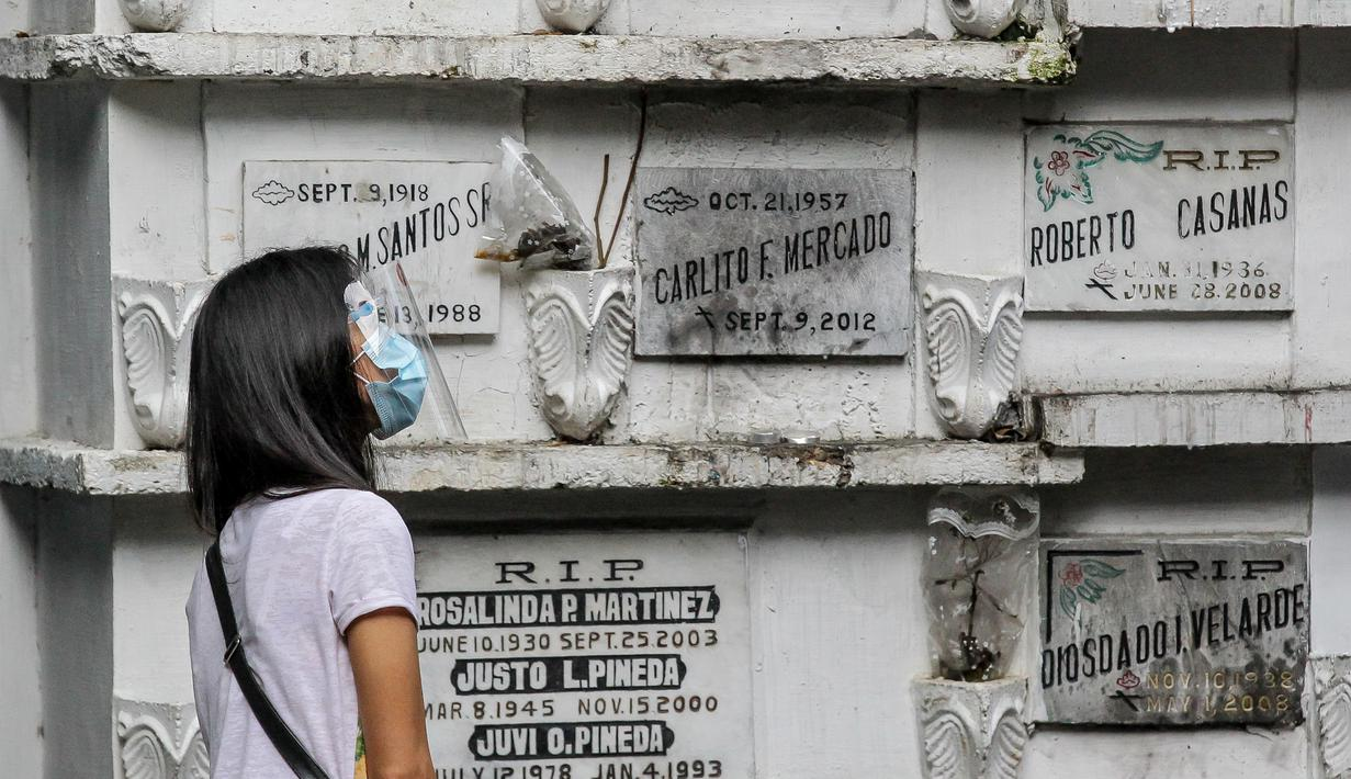 Seorang wanita mengunjungi tempat pemakaman di Manila, Filipina, 28 Oktober 2020. Pemerintah Filipina memerintahkan tempat pemakaman ditutup pada 29 Oktober-4 November demi mencegah pertemuan massal dan penyebaran COVID-19 saat peringatan Hari Arwah dan Hari Raya Orang Kudus. (Xinhua/Rouelle Umali)