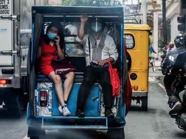 Warga mengenakan masker menaiki transportasi di Manila, Filipina (2/8/2020). Jumlah kasus terkonfirmasi COVID-19 di Filipina melonjak menjadi 103.185 setelah Departemen Kesehatan negara itu melaporkan total 5.032 kasus baru pada Minggu (2/8). (Xinhua/Rouelle Umali)