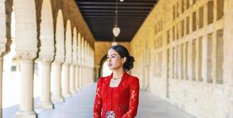 Merancang kebaya untuk Maudy Ayunda di kelulusannya, Didiet Maulana menghadirkan kebaya kutubaru klasik berwarna merah marun yang dipadukan dengan batik tulis halus. Aksesori sederhana kalung dan hiasan rambut berwarna emas kuno menambah lengkap padu padan (instagram/didietmaulana)