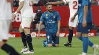 Pemain Real Madrid, Karim Benzema kecewa tak bisa mencetak gol ke gawang Sevilla pada laga La Liga Santander di Sanchez Pizjuan stadium, Seville, (9/5/2018). Madrid kalah 2-3 dari Sevilla.  (AP/Miguel Morenatti)
