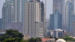 Sejumlah gedung tinggi yang berfungsi sebagai perkantoran di kawasan Jakarta, Minggu (7/10). Sekitar36 persen gedung-gedung pencakar langit digunakan untuk apartemen dan mixed use 21 persen, sisanya difungsikan sebagai hotel. (Merdeka.com/Iqbal S Nugroho)