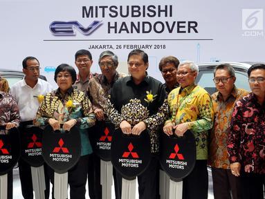 CEO Mitsubishi Motors Osamu Masuko (kiri) pose bersama Menteri Perindustrian Airlangga Hartarto, Menteri Perhubungan Budi Karya Sumadi, dan Menteri Kehutanan dan Lingkungan Hidup Siti Nurbaya di Jakarta, Senin (26/2). (Liputan.com/JohanTallo)