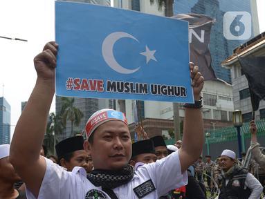 Massa sejumlah ormas Islam melakukan aksi bela Uighur di depan Kedutaan Besar China, kawasan Kuningan, Jakarta, Jumat (27/12.2019). Mereka memprotes dugaan pelanggaran Hak Asasi Manusia (HAM) oleh pemerintah China kepada etnis muslim Uighur di Xinjiang. (Merdeka.com/Imam Buhori)