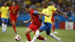 Gelandang Belgia, Eden Hazard, berusaha melewati gelandang Brasil, Fernandinho, pada laga perempat final Piala Dunia di Kazan Arena, Kazan, Jumat (6/7/2018). Belgia menang 2-1 atas Brasil. (AP/Francisco Seco)