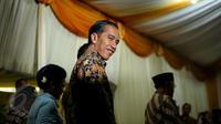 Presiden Joko Widodo memperlihatkan senyumnya saat tiba di kediaman calon mempelai wanita, Selvi Ananda, Jawa Tengah, Selasa (9/6/2015). Jokowi bersama keluarga akan melakukan lamaran kepada keluarga Selvi Ananda. (Liputan6.com/Faizal Fanani)