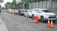 Kendaraan pribadi melintas di jalur wisata Lembang, Bandung Barat, Kamis (20/8/2020). (Liputan6.com/Huyogo Simbolon)