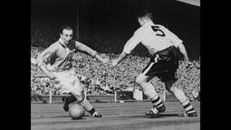 Sir Stanley Matthews, CBE, memulai karier profesionalnya pada 1932 bersama Stoke City dan mengakhirinya pada 1965 di kesebelasan yang sama. (Foto: AFP/Intercontinentale/Staff)