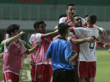 Para pemain Bahrain merayakan gol ke gawang timnas Indonesia U-23 pada laga PSSI Anniversary Cu 2018 di Stadion Pakansari, Bogor, (26/4/2018). Bahrain menang 1-0. (Bola.com/Nick Hanoatubun)