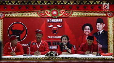 Ketua Umum PDIP Megawati Soekarnoputri (dua kanan) bersama Ketua DPD PDIP Jatim Kusnadi (kiri), Ketua DPD PDIP Kepri Surya Respationo (dua kiri), dan Ketua DPD PDIP Jambi Eddy Purwanto memberi keterangan pers, Bali, Kamis (8/8/2019). Megawati kembali jabat Ketua Umum PDIP. (Liputan6.com/JohanTallo)