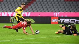Gelandang Bayern Munchen, Joshua Kimmich (kiri depan) mencetak gol ke gawang Borussia Dortmund pada laga Piala Super Jerman di Allianz Arena, Kamis (1/10/2020). Bayern Munich sukses meraih trofi juara Piala Super Jerman 2020 berkat kemenangan 3-2 atas Borussia Dortmund. (Sven Hoppe/Pool via AP)
