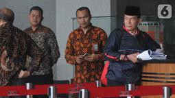 Anggota Badan Pemeriksa Keuangan Rizal Djalil (kanan) usai menjalani pemeriksaan di Gedung KPK, Jakarta, Rabu (9/10/2019). Rizal diperiksa sebagai tersangka terkait kasus dugaan suap proyek pembangunan Sistem Penyediaan Air Minum (SPAM) di Kementerian PUPR. (merdeka.com/Dwi Narwoko)