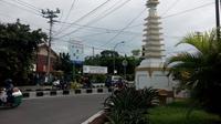 Tugu Pagoda Wates ini menjadi saksi hubungan etnis Tionghoa dengan pribumi di Wates. Tugu itu sempat akan dirobohkan saat ada pembangunan jalan