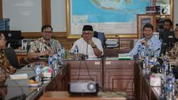 Suasana pertemuan Direktur Komunikasi dan Media Badan Pemenangan Nasional (BPN) Prabowo-Sandi, Hashim Djojohadikusumo dengan Ketua KPU Arief Budiman di Kantor KPU, Jakarta, Jumat (29/3). Kedatangan BPN tersebut untuk membahas terkait laporan permasalahan DPT. (Liputan6.com/Faizal Fanani)
