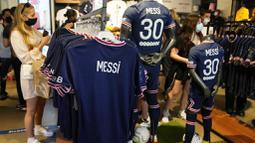 Salah satunya yakni penjualan jersey PSG untuk musim 2021/2022 mendatang. Kaos kandang dan tandang Lionel Messi bernomor punggung 30 di PSG langsung laku keras. (Foto: AP/Francois Mori)