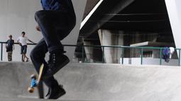 Skater sedang bermain di skaterpark di kolong Flyover Slipi, Jakarta, Selasa (15/1). Lantai di sejumlah lintasan telah retak seperti di lintasan bowl dan pole jam. (Liputan6.com/Herman Zakharia)