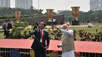 Presiden Joko Widodo (Jokowi) dan PM India, Narendra Modi bermain layang-layang di halaman Monas, Jakarta, Rabu (30/5). Keduanya melakukan perayaan 70 tahun hubungan bilateral secara simbolik dengan saling membawa layangan. (Merdeka.com/Iqbal S. Nugroho)