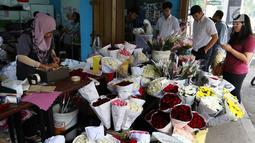 Sejumlah pembeli melihat-lihat bunga mawar yang dijual di kawasan Tangerang, Banten, Selasa (13/2). Para pedagang menjual bunga mawar tersebut seharga Rp 20 ribu per tangkai. (Liputan6.com/Angga Yuniar)