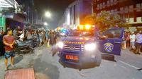 Mobil Bea Cukai yang rusak karena penyerangan oleh belasan orang tak dikenal di Pekanbaru. (Liputan6.com/M Syukur)