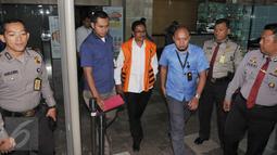 Bupati Sabu Raijua, Provinsi NTT, Marthen Dira Tome berjalan keluar dari Gedung KPK, Jakarta, Selasa (15/11). Penyidik KPK menangkap Marthen karena diduga menghalangi pemeriksaan saksi-saksi dalam kasus yang menjeratnya. (Liputan6.com/Helmi Afandi)