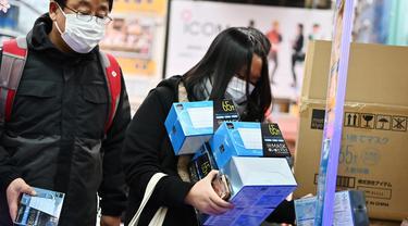Pelanggan membeli masker dari apotek di daerah Akihabara Tokyo (27/1/2020). Korban dari epidemi virus Corona melonjak pada 27 Januari hingga 80 meninggal dengan ratusan terinfeksi. (AFP Photo/Charly Triballeau)