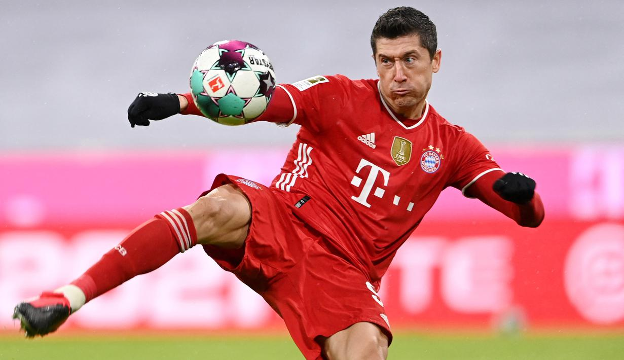 Bomber Bayern Munchen, Robert Lewandowski, akhirnya berhasil menyabet trofi sepatu emas Eropa 2020-2021. (AFP/Christof Stache)
