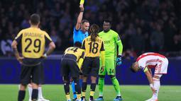 Pemain Lille, Renato Sanches (tengah) mendapat kartu kuning dari wasit usai mendorong pemain Ajax, Dusan Tadic pada laga Grup H Liga Champions di Amsterdam, Belanda, Selasa (17/9/2019). Ajax memuncaki klasemen Grup H Liga Champions usai mengalahkan Lille 3-0. (AP Photo/Peter Dejong)