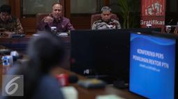 Suasana saat Menteri Riset Teknologi dan Perguruan Tinggi (Menristek Dikti) Mohamad Nasir memberikan keterangan pers di Gedung BPPT, Jakarta, Rabu (26/10). Mohamad Nasir memberikan keterangan terkait pemilihan rektor. (Liputan6.com/Faizal Fanani)