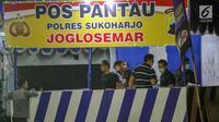 Polisi melakukan olah TKP di lokasi ledakan bom di Pos Polisi Pantau, Bundaran Kartasura, Sukoharjo Selasa (4/6/2019). Bom bunuh diri terjadi pada Senin pukul 22.30 WIB yang mengakibatkan pelaku aksi teror kritis dan tujuh polisi selamat. (Liputan6.com/Fajar Abrori)