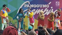Penyanyi dangdut Rita Sugiarto (dua kiri) saat tampil dalam Panggung Gembira di Semarang, Jawa Tengah, Sabtu (15/12). Selain Rita, acara ini juga dimeriahkan oleh artis Dangdut Academy dan Bintang Pantura. (Liputan6.com/Gholib)