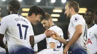Pemain Tottenham Hotspur, Son Heung-min dan Harry Kane melakukan selebrasi usai membobol gawang Everton pada laga Premier League di Stadion Goodison Park, Minggu (23/12). Tottenham Hotspur menang 6-2 atas Everton. (AP/Jon Super)