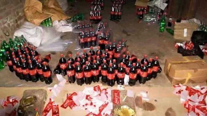 Pemerintah setempat mengecek adanya perusahaan Coca Cola palsu di Gujranwala, Pakistan.