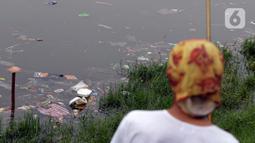 Ceceran sampah plastik terlihat di bibir Waduk Cincin, Jakarta, Sabtu (19/6/2021). Ceceran sampah plastik ini mengganggu kemyamanan warga yang ingin menikmati suasana Waduk Cincin . (Liputan6.com/Helmi Fithriansyah)