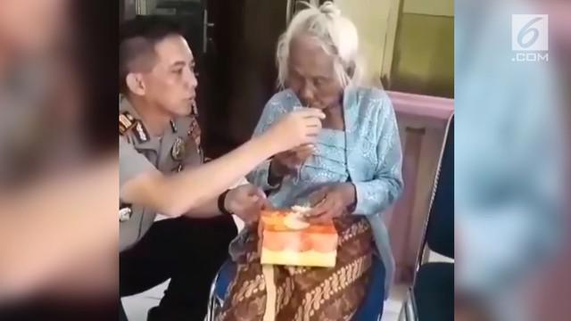 Video Kapolsek Masaran Akp.Mujiono memberi makan seorang nenek yang tersesat sukses bikin warganet terharu.