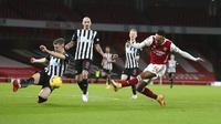 Striker Arsenal, Pierre-Emerick Aubameyang, mencetak gol ke gawang Newcastle United pada laga Liga Inggris di Stadion Emirates, Senin (18/1/2021). Arsenal menang dengan skor 3-0. (Catherine Ivill/Pool via AP)