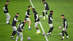 Para pemain Atletico Madrid saat sesi latihan jelang laga babak 16 besar Liga Champions di The National Arena, Rumania, Senin (22/2/2021). Wakil Spanyol itu akan berhadapan dengan Chelsea. (AFP/Daniel Mihalescu)