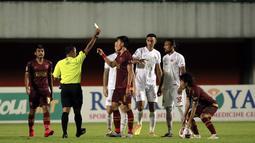 Baru juga tiga menit berjalan, Hamim Tohari telah mengganjar Sutanto Tan dengan kartu kuning setelah mengganggu Marc Klok dalam duel udara. Padahal, pelanggaran itu merupakan yang pertama untuk pemain PSM Makassar ini. (Foto: Bola.com/Ikhwan Yanuar)
