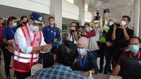 Menhub) Budi Karya Sumadi melakukan pengecekan terhadap implementasi tes GeNose di Bandara Internasional Juanda di Surabaya, Sabtu (24/4/2021) (dok: Maulandy)