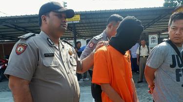 Ketua geng motor KOK digiring polisi dengan dugaan pembunuhan di depan Hotel Holiday Pekanbaru.
