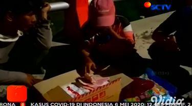 Beberapa waktu lalu, para netizen dibuat geram dengan aksi seorang Youtuber yang membagi-bagikan bingkisan berisi batu dan sampah kepada para waria. Kali, ini para netizen dibuat kagum dengan aksi dua orang pria 'Crazy Rich Surabaya'.