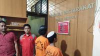 Pelaku dugaan pencabulan terhadap bocah SD di Makassar tampak menggunakan peci berwana putih (Liputan6.com/ Eka Hakim)