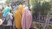 Karangan bunga di rumah duka BJ Habibie diserbu pelayat. (Ika Defianti/Liputan6.com)
