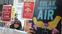 Koalisi Masyarakat Menolak Swastanisasi Air Jakarta (KMMSAJ) menggelar aksi menolak swastanisasi perusahaan pengelolaan air, di depan MA, Jakarta, Jumat (3/6). Mereka meminta MA memutus secara adil dan bijak hak atas air. (Liputan6.com/Faizal Fanani)