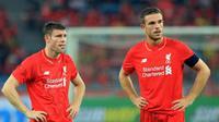 Dua gelandang Liverpool, James Milner (kiri) dan Jordan Henderson (kanan). Keduanya belum bisa menggantikan peran Steven Gerrard. (Liverpool)